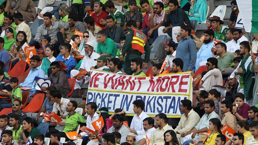 Pakistan fans  make their intentions loud and clear