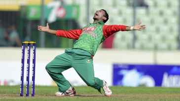 Nasir Hossain gives it everything to appeal for Virat Kohli's wicket