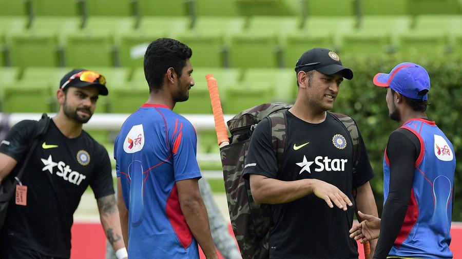 MS Dhoni has a chat with Bangladesh players Mahmudullah and Sabbir Rahman