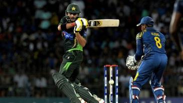Shahid Afridi swivels into a pull