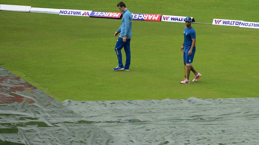 Dane Vilas and JP Duminy walk across a wet outfield