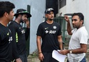 Mahela Jayawardene has a chat with Umesh Yadav and Varun Aaron during India's practice, Colombo, August 5, 2015