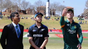 AB de Villiers flips the coin to start the series