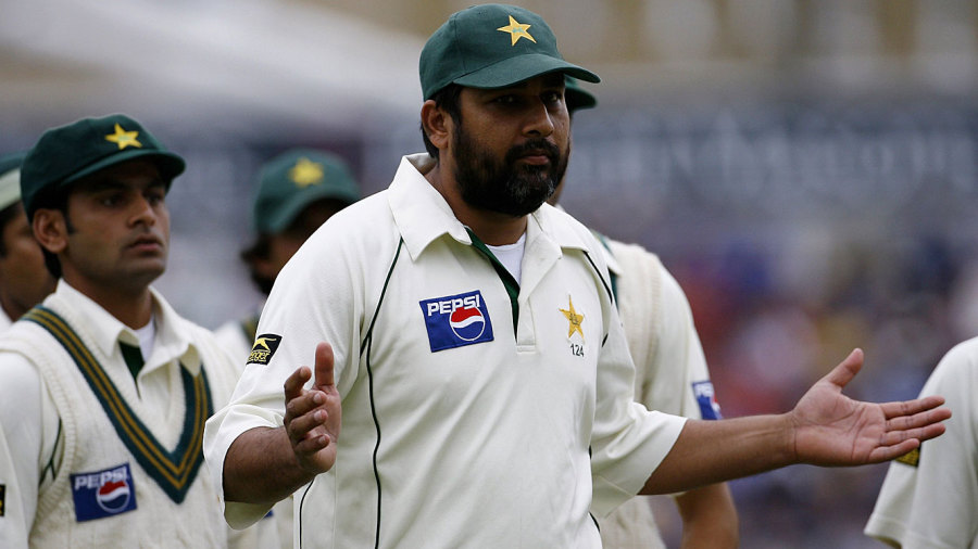 Inzamam-ul-Haq notices the umpires are not coming out