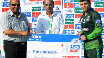 Kamran Akmal with his Man-of-the-Match award for a knock of 105 off 57 balls