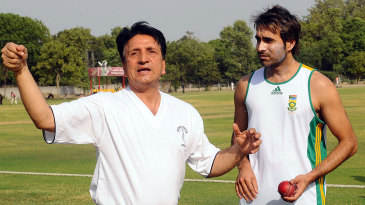 Abdul Qadir gives Imran Tahir a tutorial on legspin