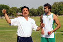 Abdul Qadir gives Imran Tahir a tutorial on legspin, Lahore, May 29, 2012