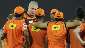 Tom Moody gathers the Sunrisers Hyderabad players for a huddle