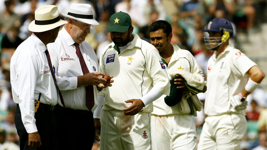 Darrell Hair and Inzamam-ul-Haq examine the ball