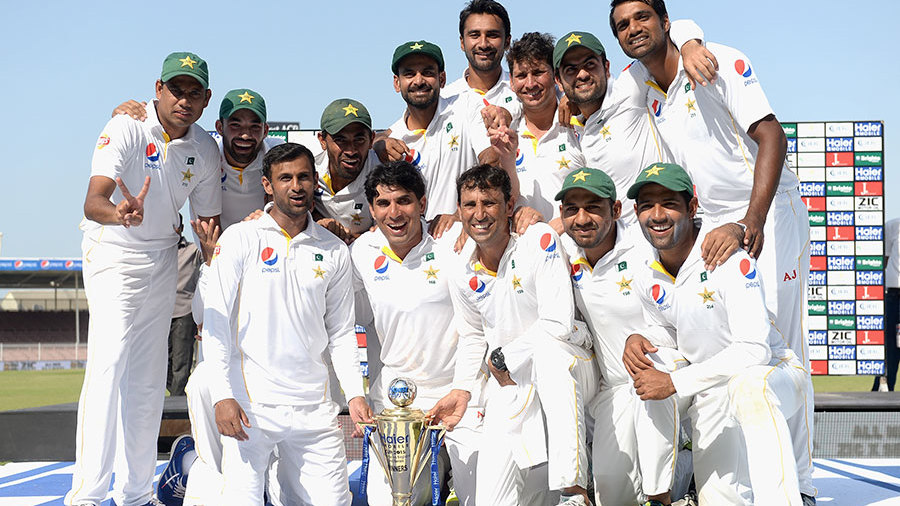 Misbah-ul-Haq poses with his Pakistan team and the series trophy after beating England 2-0