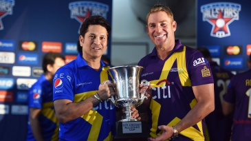Sachin Tendulkar and Shane Warne pose with the Cricket All-Stars trophy