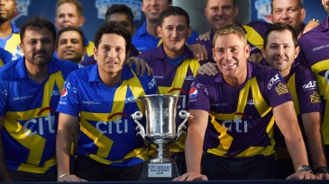 Sachin Tendulkar and Shane Warne pose with the entire Cricket All-Stars squad