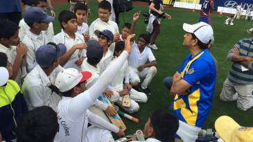 Sachin Tendulkar passes along tips to young cricketers during a clinic at Citi Field