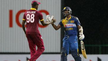Jason Holder congratulates Angelo Mathews after Sri Lanka completed a 19-run win (D/L method)