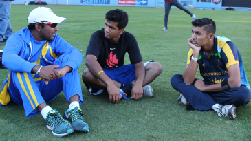 Mahela Jayawardene discusses strategy with former USA U-19 players Vibhav Altekar and Arsh Buch