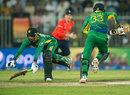 Anwar Ali and Sohail Tanvir scrambled the final bye, Pakistan v England, 3rd T20, Sharjah, November 30, 2015