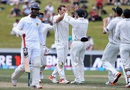 New Zealand celebrate the wicket of Dimuth Karunaratne, New Zealand v Sri Lanka, 2nd Test, Hamilton, 3rd day, December 20, 2015