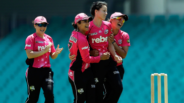 Marizanne Kapp gave Sydney Sixers early momentum with two top-order wickets