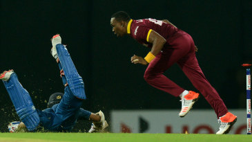 Dwayne Bravo tries to run out Shehan Jayasuriya
