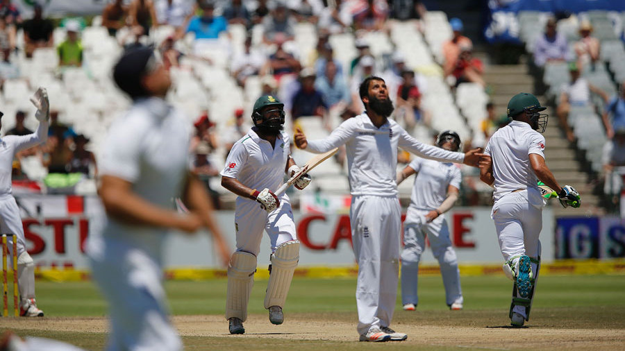 Hashim Amla survived a scare on 197 when he skied Moeen Ali into space at mid-on