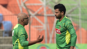 Chandika Hathurusingha and Mashrafe Mortaza have a chat