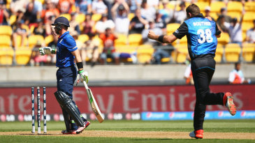Tim Southee bowls Ian Bell