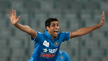 Ashish Nehra appeals unsuccessfully for a wicket