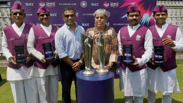 Former India cricketers Sameer Dighe and Diana Edulji  and Mumbai dabbawalas pose with the World T20 trophies