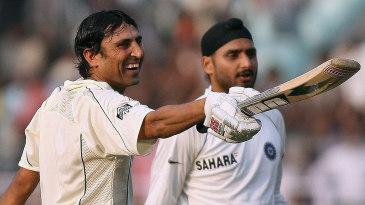Younis Khan gestures towards his team-mates