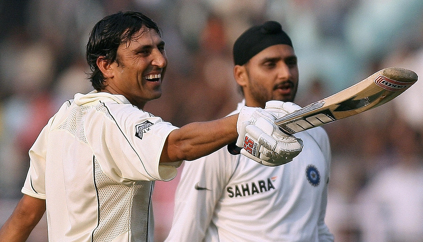 Younis Khan gestures towards his team-mates