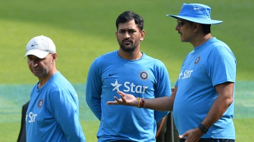 MS Dhoni hears out team director Ravi Shastri