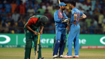 MS Dhoni has a chat with Hardik Pandya during the tense last over