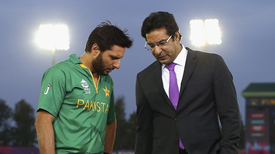 Shahid Afridi has chat with Wasim Akram after Pakistan's loss