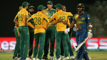 South Africa get together to celebrate the wicket of Dinesh Chandimal