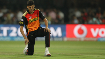 Ashish Nehra struggles with injury before leaving the field