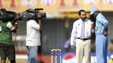 Rahul Dravid speaks to Arun Lal at the toss