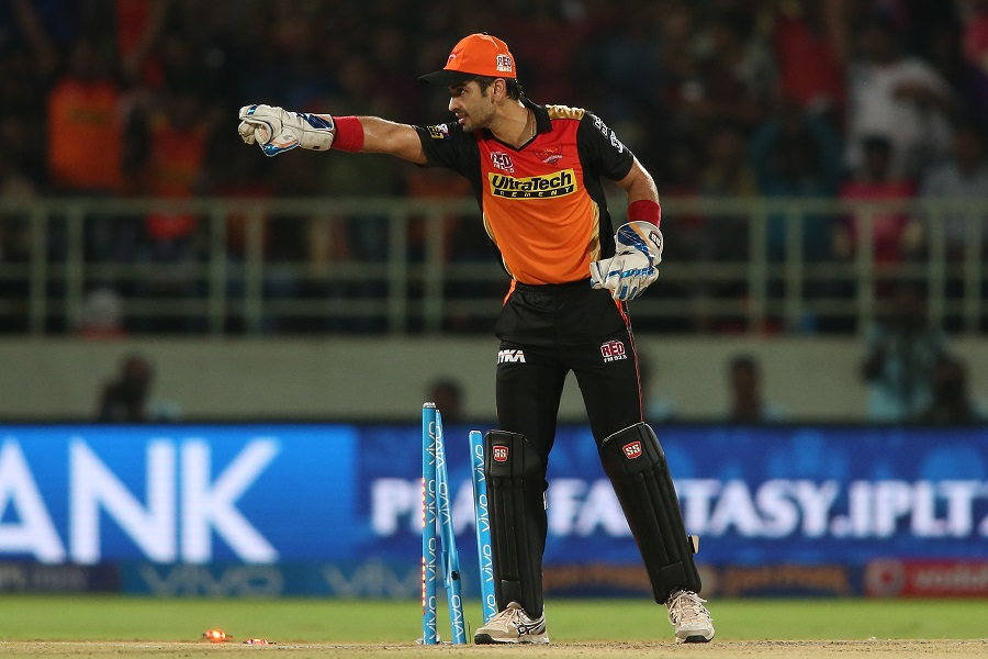 Naman Ojha appeals for a run out of Usman Khawaja after breaking the stumps  | Photo | Indian Premier League | ESPNcricinfo.com