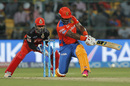 Dwayne Smith sweeps one fine, Gujarat Lions v Royal Challengers Bangalore, IPL 2016, Qualifier 1, Bangalore, May 24, 2016