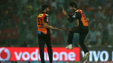 Barinder Sran and Deepak Hooda celebrate the wicket of Robin Uthappa