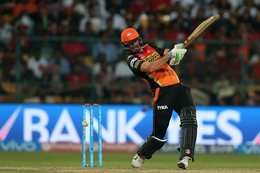 Ben Cutting smashed four sixes and three fours in an unbeaten 39 off 15 balls, helping Sunrisers plunder 40 off the last two overs to finish on 208 for 7