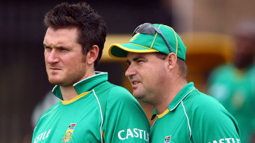 Graeme Smith and Mickey Arthur have a chat at the nets