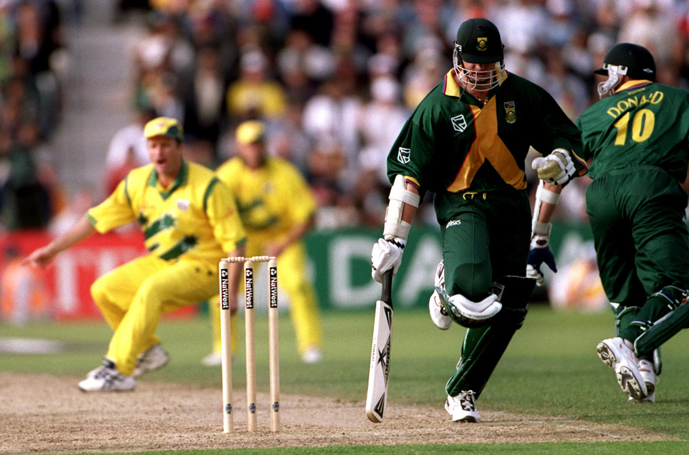 Allan Donald runs past Lance Klusener