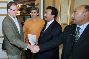 Geoff Lawson shakes hands with Mudassar Nazar after his interview for the Pakistan coaching job