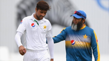 Mohammad Amir gets a pat from Mushtaq Ahmed