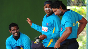 Mahela Jayawardene talks to Angelo Mathews and Kumar Sangakkara