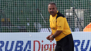 Dav Whatmore gives batting tips at a nets session