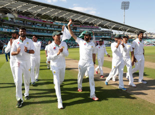 Misbah-ul-Haq leads his players in a lap of honour, England v Pakistan, 4th Test, The Oval, 4th day, August 14, 2016