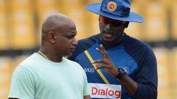Angelo Mathews and Sanath Jayasuriya in discussion during a Sri Lanka training session