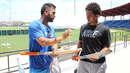 MS Dhoni teaches San Diego Padres outfielder Jon Jay about cricket bats, Lauderhill, August 26, 2016