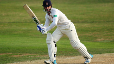 Ryan ten Doeschate clips to leg during his half-century